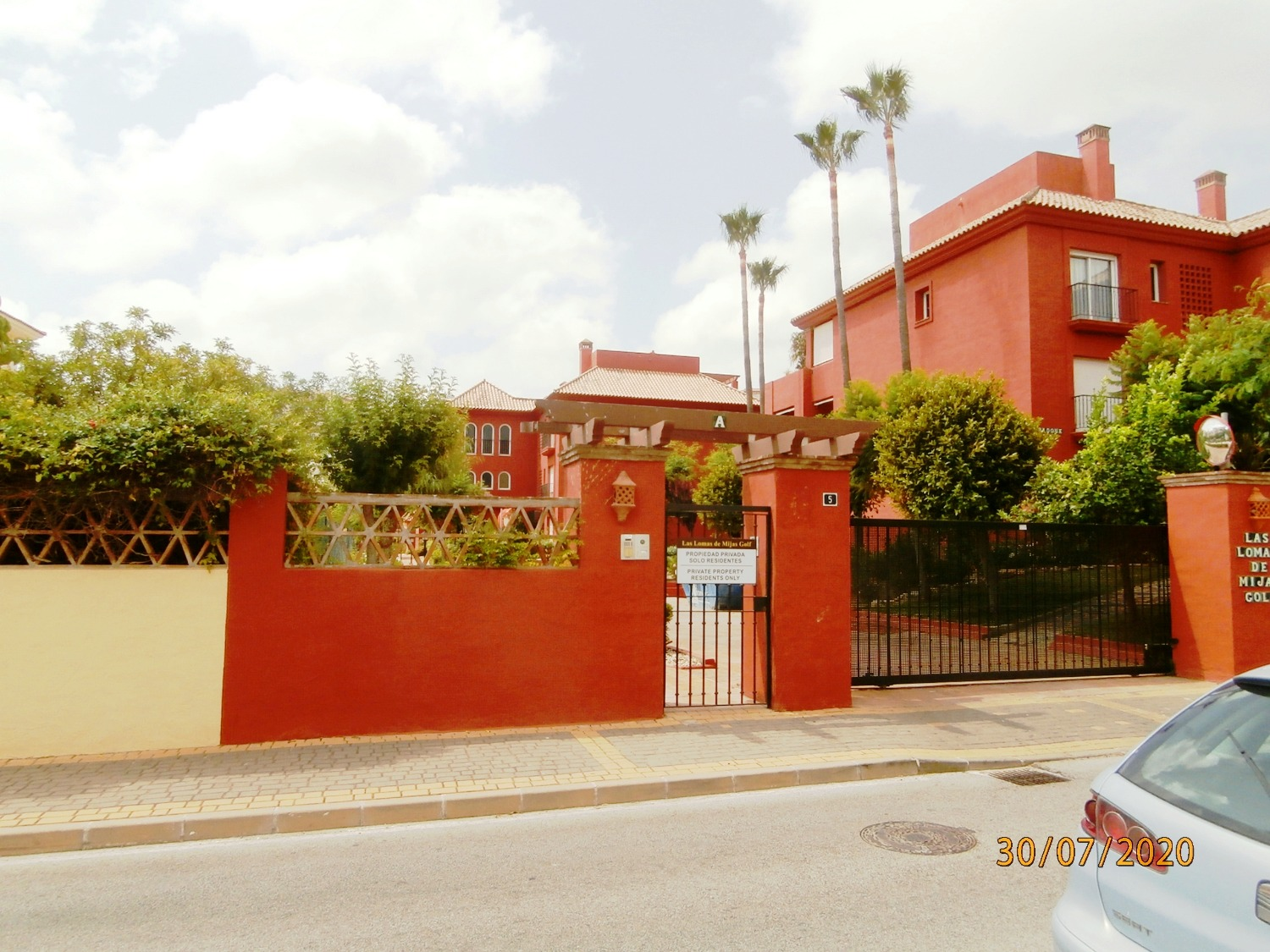 Excellent duplex penthouse very reduced price for quick a sale, located in exclusive gated community.